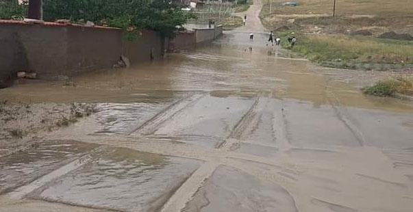 sungurlu'yu şiddetli yağış vurdu, dereler taştı, evleri ve tarım arazilerini su bastı