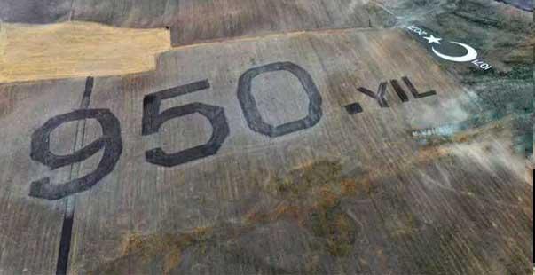 """malazgirt zaferi'nin yıl dönümü dolayısıyla 41 bin metrekarelik alana traktörle """"950. yıl"""" yazıldı"""