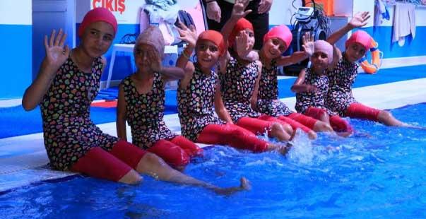 mevsimlik tarım işçilerinin çocukları ilk kez havuzla buluştu