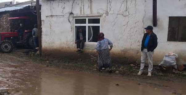 Bayburt'ta sel nedeniyle ev ve ahırları su bastı, hayvanlar telef oldu